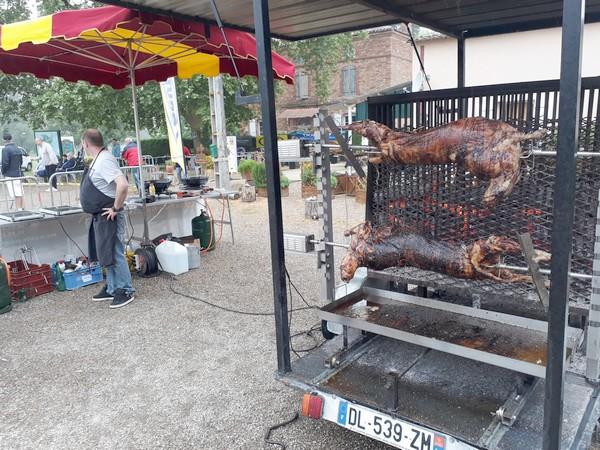 """La cuisson des 3 agneaux braisés, par notre traiteur """"La Poêle Gourmande"""" à Luzech (Lot)"""