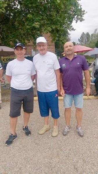 """La team """"Flores TP"""" (en blanc), co-vainqueurs du Pétank-Golf"""