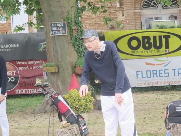 Guy Lagarde, un champion pétanqueur local, taquine et frappotte la petite boule