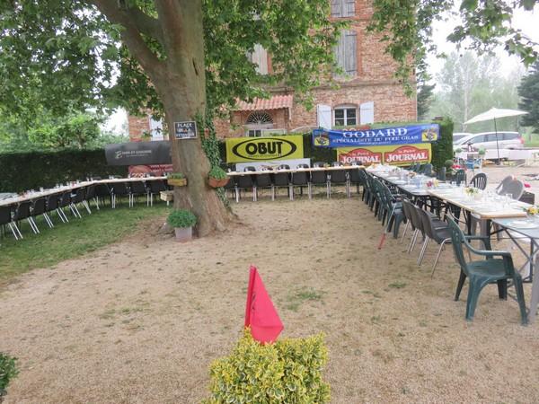 La table pour le repas du midi au Pétank-Golf 2018