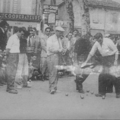Une partie de pétanque et sa galerie de spectateurs en Occitanie, années 60.