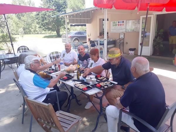les organisateurs du Pétank-Golf 2021 sont à table