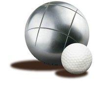 Boule de petanque et balle de golf